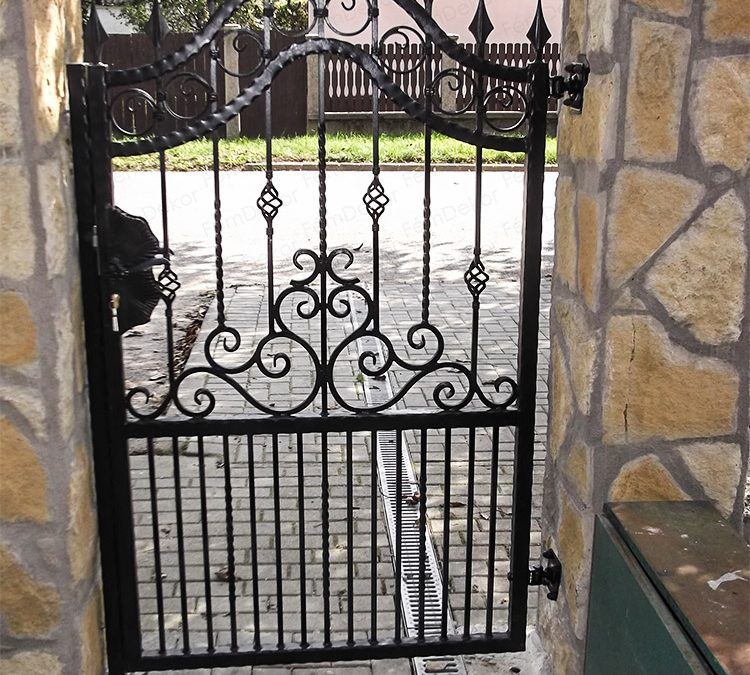 Kovácsoltvas személybejáró kapu